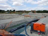 EUGAL: Baugrube an der Querung Bahnlinie Dresden-Leipzig in Niederau-Oberau. Im Hintergrund die Bahnlinie DD-Berlin